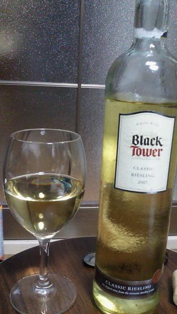 Photos: あいたー!ってわけでドイツ産白ワインのBlack Towerを飲みます。みずみず...