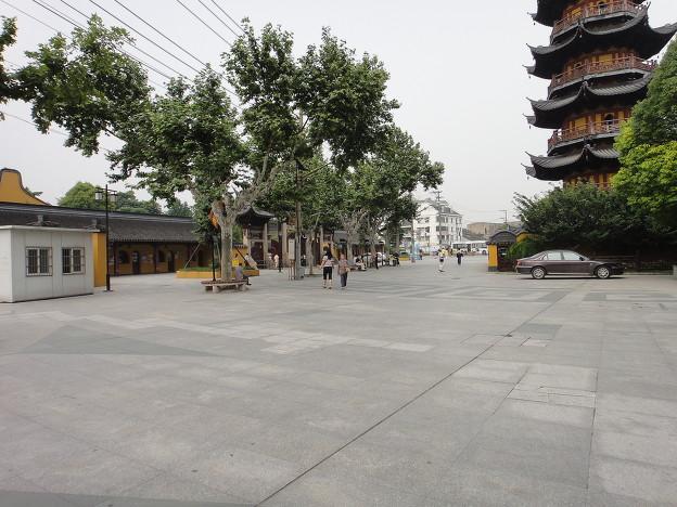 龍華寺 閑散とした門の前と塔