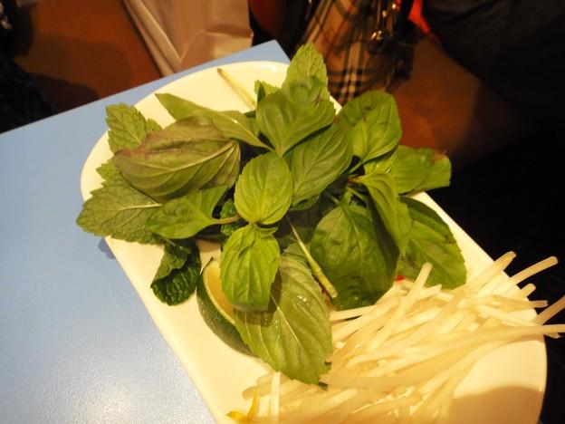 茂名路 越南料理のフォーのスープ丼と付け合せの野菜