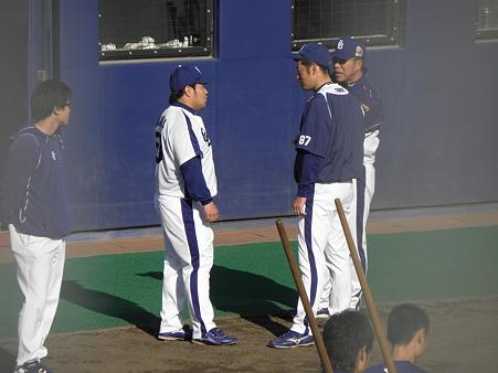 014 上田さんも一緒になって、なにか話してます