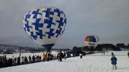 乗りたいな!雪原の熱気球