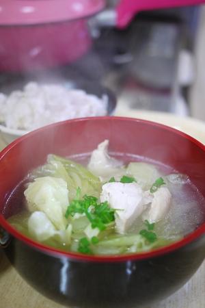 調味料は胡椒だけの鳥はむ肉のスープ完成