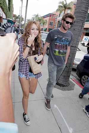 Miley+Cyrus+boyfriend+Liam+Hemsworth+both+Qsb6vtdO0nNl