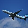 写真: 離陸上昇中の大韓航空機