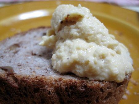 パンとフムス。最高に合います。