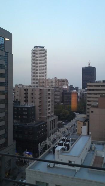 写真: 神戸のホテル着。曇りです。...