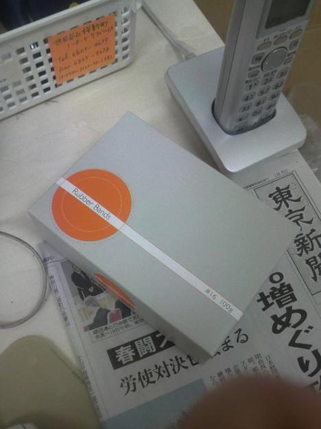 写真: おしゃれな輪ゴムのパッケージ。