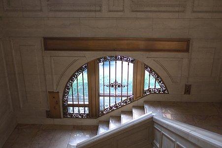 2010.05.08 丸の内仲通り 明治生命館 階段の丸窓