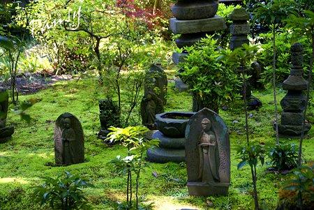 苔の絨毯に佇む石仏群・・