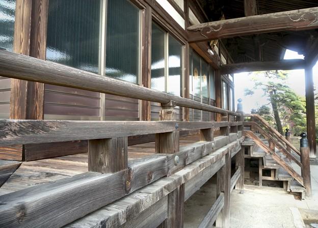 伊勢崎・風化した木目が美しい勝念寺の本堂-P6-0419-33