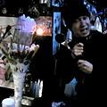 写真: 杉田さんと巨大パフェ。