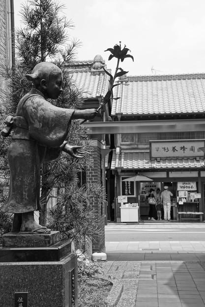 モノトーン 蔵造の町並み シンボルの銅像・・20120624