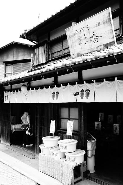 モノトーン 蔵造の町並み 田舎の漬物屋・・20120624