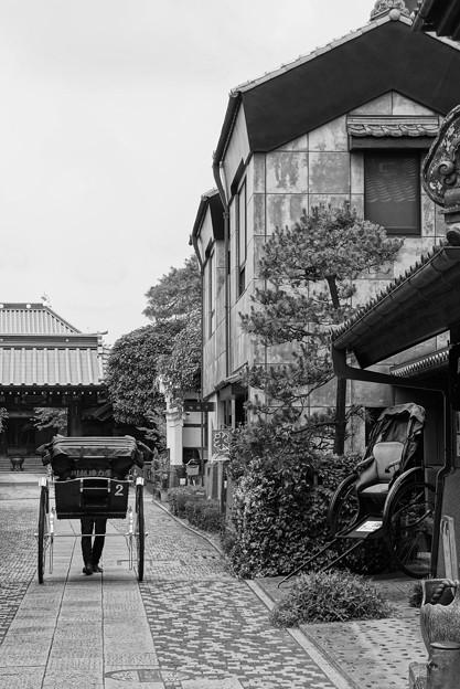 モノトーン 蔵造の町並み 静かな通りを人力車で・・20120624