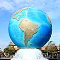 写真: 大きな地球儀です。